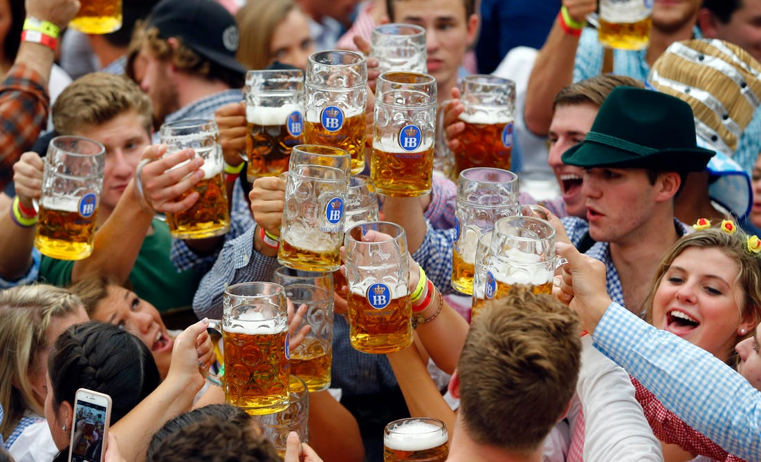 oktoberfest-cheers-beer-munich