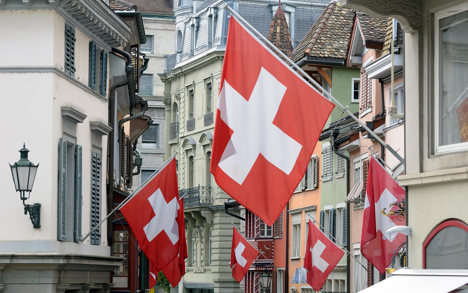 CHE, SCHWEIZ : Fahnen in der Altstadt von Zuerich